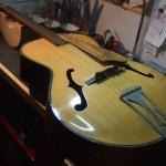 木曽日本弦楽器 ピックギター No.100 アーチトップ一体型ピックアップ取り付け加工